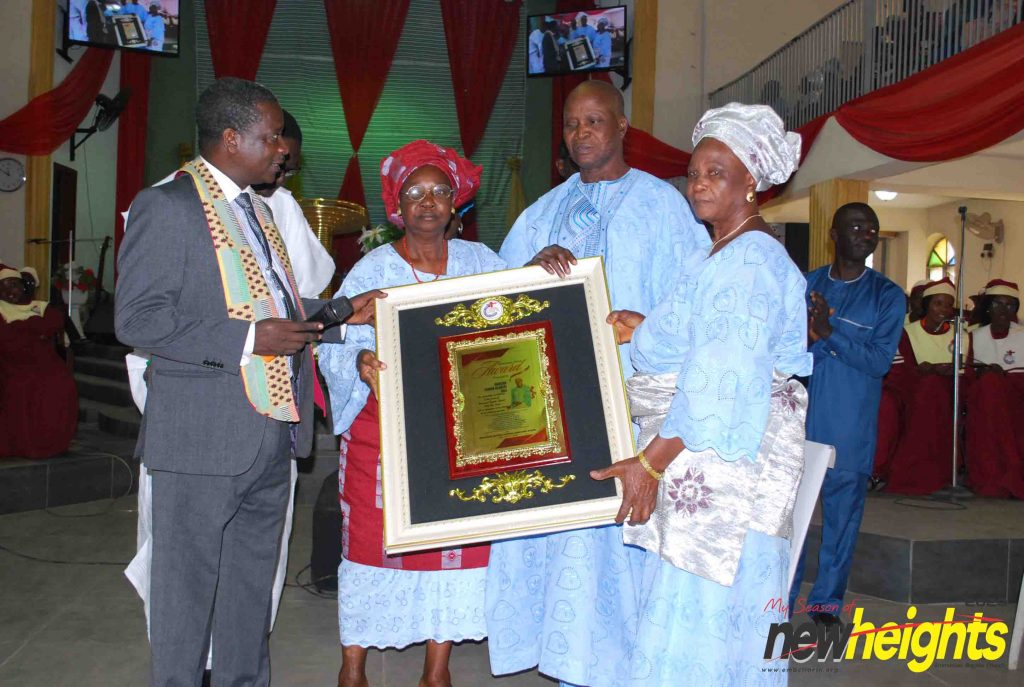 Deacon Simon Olabisi Joel receiving his appreciation plaque